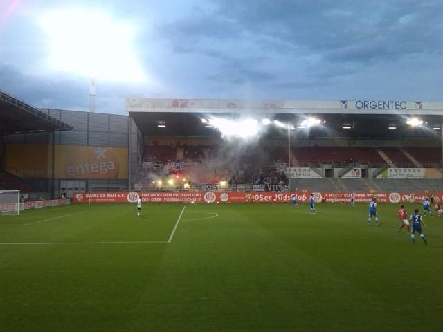 Hansa Rostock Fans zünden im Gäseblock Pyrotechnik.